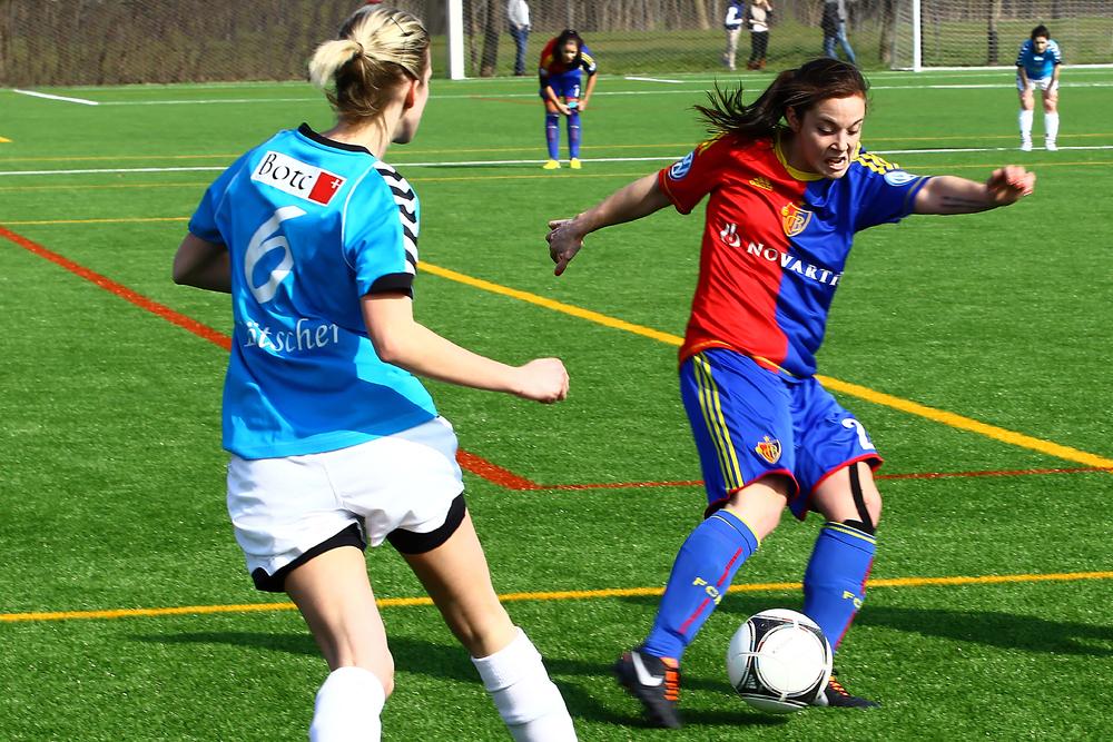Mädchen, die Fußball spielen